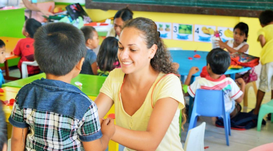 フィリピンの幼稚園で図画工作の時間をサポートするチャイルドケアボランティア